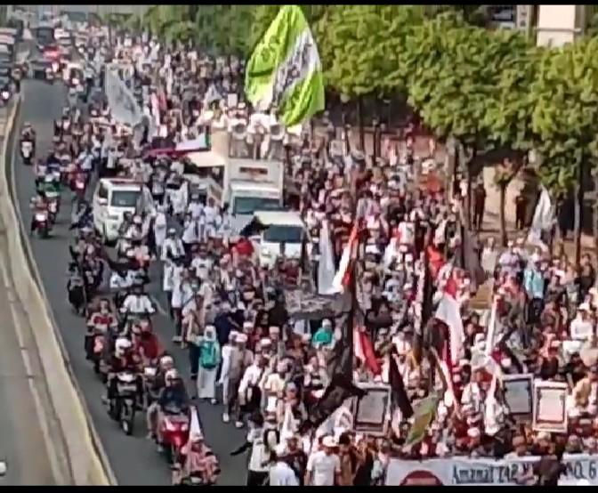 Padat Merayap, Massa Aksi Mujahid 212 Kumandangkan Shalawat Badar Menuju Istana