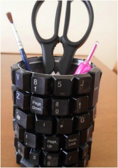 Hias kaleng menggunakan keyboard bekas untuk membuat tempat pensil atau wadah aksesoris