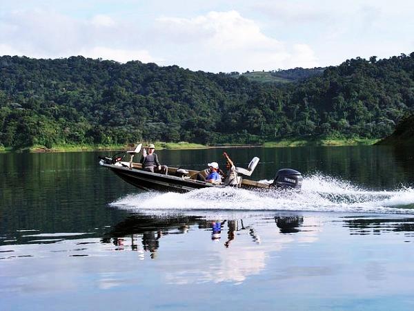 Elparque tiene un lago artificial Arenal, el volcán Cerro Chato, que ha estado durmiendo durante más de 3,500 años, en cuyo cráter se ha formado un lago esmeralda, y el volcán Arenal, el volcán más activo de Costa Rica