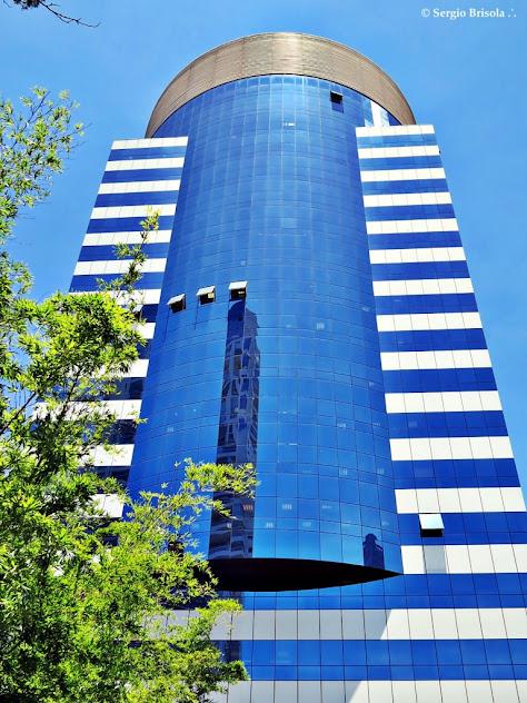 Vista ampla inferior da fachada do Centro Empresarial e Cultural João Domingues de Araújo - Cidade Monções - São Paulo