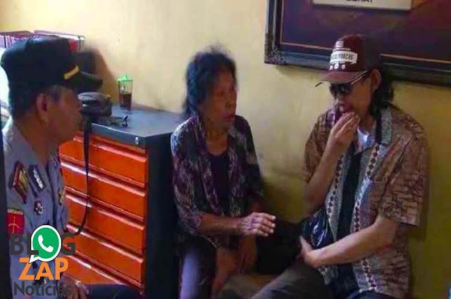 Neneng Hatidjah conversando com policial