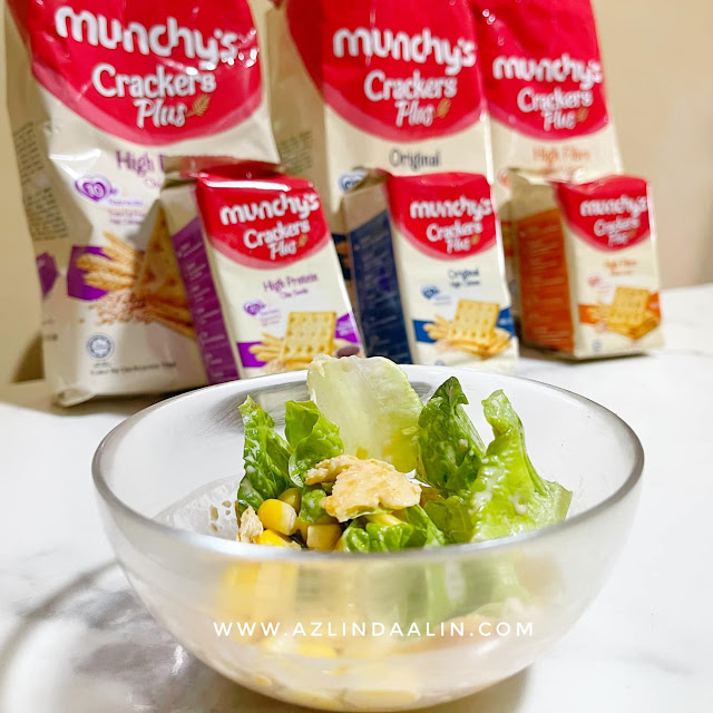 SALAD WITH MUNCHY'S CRACKERS