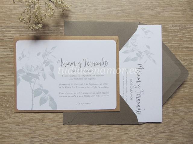Bonito tarjetón de boda clásico y elegante con una rosa grabada