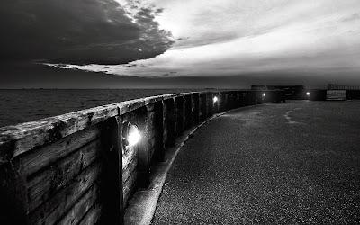 Muro con luces en blanco y negro