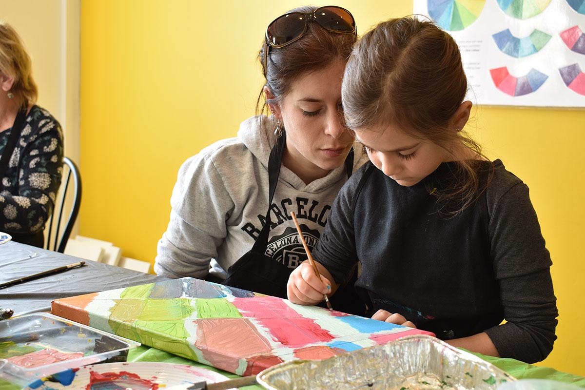 Mère et fille qui font un atelier de création