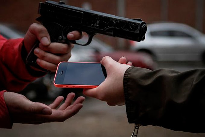 Dupla armada assalta blogueiro Alexandre Cunha, e tomam celular, no centro de Chapadinha.