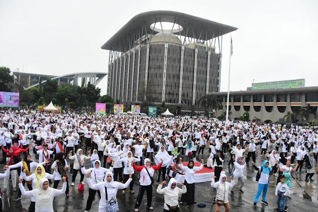 Peringati Hari Ibu, Warga Riau Melaksanakan Gerak Jalan Sehat Keluarga