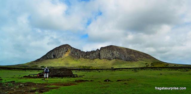 """Vulcão Rano Raraku, """"a fábrica de moais"""""""