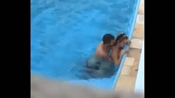 Fodendo escondido na piscina em hotel