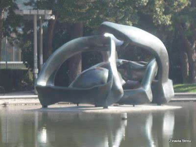 viena-sculptura-lui-henry-moore-2