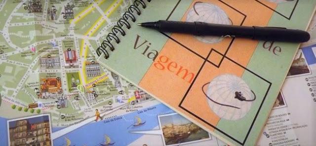 mapa, caneta e planner de viagem