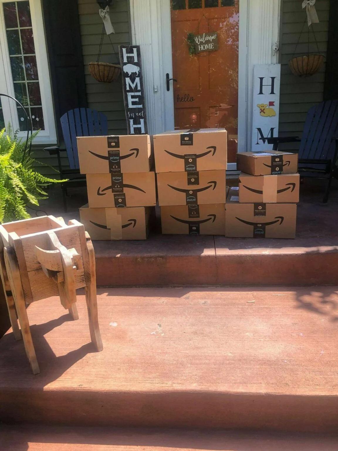 Recibe paquetes de Amazon por error y dona su contenido