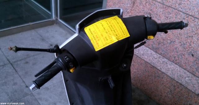 Pegatina que tapa el velocímetro de una moto