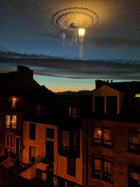 Pegou o reflexo da luz na janela, parece que está flutuando no céu!