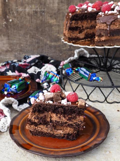 tort-czekoladowy-z-cukierkami-michaszki
