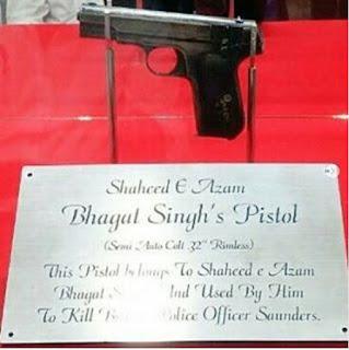 Bhagat Singh's pistol to be displayed at Hussainiwala border museum in Punjab      స్వాతంత్ర్య సమరయోధుడు, అమరవీరుడు భగత్ సింగ్ అంటే మన దేశంలో తెలియని వారుండరు. యుక్త వయస్సులోనే విప్లవోద్యమాల బాట పట్టిన వీరుడతను. భారతదేశానికి స్వాతంత్ర్యం ఇవ్వాలని డిమాండ్ చేస్తూ ఎన్నో ఉద్యమాలను ఆయన నడిపారు. ఓ బ్రిటిష్ అధికారిని తుపాకితో కాల్చి చంపినందుకు గాను ఆయనకు బ్రిటిష్ ప్రభుత్వం మరణ దండన విధించింది. దీంతో చాలా చిన్న వయస్సులోనే అతను మృతి చెందాడు. అయితే భగత్సింగ్కు చెందిన తుపాకి ఒకటి ఇప్పుడు వెలుగులోకి వచ్చింది. దాన్ని మన దేశంలోనే ఓ మ్యూజియంలో భద్రంగా ఉంచారు.  భారతదేశ స్వాతంత్ర్య ఉద్యమం తీవ్రంగా జరుగుతున్న రోజులవి. 1928లో భారత్లోని వర్థమాన రాజకీయ పరిస్థితిపై నివేదికను కోరుతూ సర్ జాన్ సైమన్ నేతృత్వంలో బ్రిటీష్ ప్రభుత్వం ఒక కమిషన్ను ఏర్పాటు చేసింది. అయితే కమిషన్ సభ్యుడిగా ఒక్క భారతీయుడిని కూడా నియమించకపోవడంతో భారత రాజకీయ పార్టీలు దానిని బహిష్కరించాయి. ఫలితంగా దేశవ్యాప్తంగా పలు నిరసన ప్రదర్శనలు వెల్లువెత్తాయి. 30 అక్టోబరు 1928న కమిషన్ లాహోర్ను సందర్శించినప్పుడు సైమన్ కమిషన్కు వ్యతిరేకంగా లాలా లజ్పత్ రాయ్ నేతృత్వంలో నిశ్శబ్ద అహింసా పద్ధతిలో ఒక నిరసన కార్యక్రమం జరిగింది. అయితే హింస తలెత్తడానికి పోలీసులు కారణమయ్యారు. లాలా లజ్పత్ రాయ్ ఛాతీపై పోలీసులు లాఠీలతో కొట్టారు. దాంతో ఆయన తీవ్రంగా గాయపడ్డారు. ఈ సంఘటనను కళ్లారా చూసిన భగత్ సింగ్ ప్రతీకారం తీర్చుకోవాలని నిర్ణయించుకున్నాడు.      అందులో భాగంగానే బ్రిటిష్ పోలీసు అధికారి స్కాట్ను హతమార్చడానికి విప్లవకారులు శివరామ్ రాజ్గురు, జై గోపాల్, సుఖ్దేవ్ థాపర్లతో భగత్సింగ్ చేతులు కలిపాడు. స్కాట్ను గుర్తించిన జై గోపాల్ ఆయన్ను కాల్చమంటూ సింగ్కు సంకేతాలిచ్చాడు. అయితే పొరపాటు గుర్తింపు కారణంగా స్కాట్కు బదులుగా భగత్సింగ్ జాన్ శాండర్స్ ను కాల్చి చంపాడు. ఈ ఘటన జరిగింది 1928 డిసెంబర్ 17న. కాగా జాన్ శాండర్స్ను కాల్చి చంపిన తుపాకి సీరియల్ నంబర్ 168896. అది 32ఎంఎం కోల్ట్ ఆటోమేటిక్ పిస్టల్. అయితే మొదట ఈ తుపాకిని బీఎస్ఎఫ్ సెంట్రల్ స్కూల్ ఆఫ్ విపన్స్, టాక్టిక్స్ (సీడబ్ల్యూఎస్టీ)లో ప్రదర్శనకు ఉంచారు. కాగా ఈ మధ్యే దానిపై పేరుకుపోయిన దుమ్ము, నలుపు రంగును తుడిచి వేయగా దానిపై ఉన్న సీరియల్ కనిపించింది. దీంతో ఆ తుపాకిని భగత్సింగ్ వాడిన తుపాకిగా గుర్తించారు. తరువాత  ఈ తు