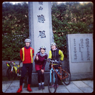 勝尾寺の前で、友人達と自転車で登った時の記念写真