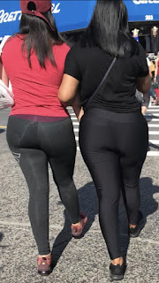 Mujeres ricas calle calzas pegadas cuerpo