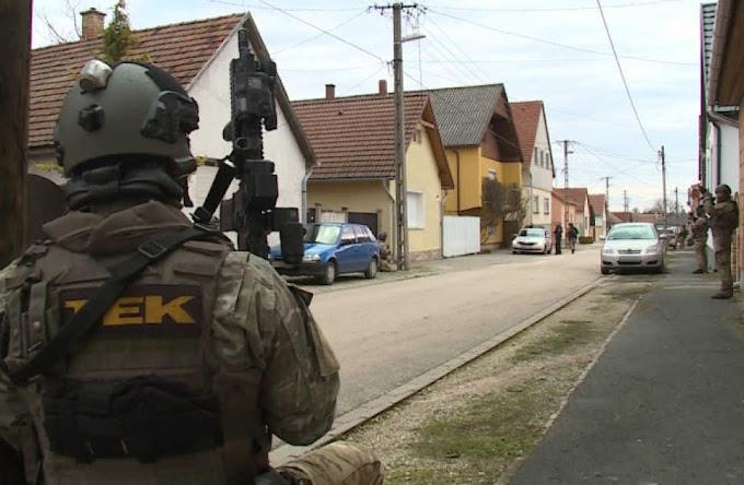 Túszt ejtett, majd gyalog menekült a fehérvári fegyveres rabló, aki 15 ezer forintot zsákmányolhatott