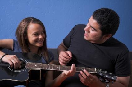 Cách chọn đàn guitar dành cho các bạn gái