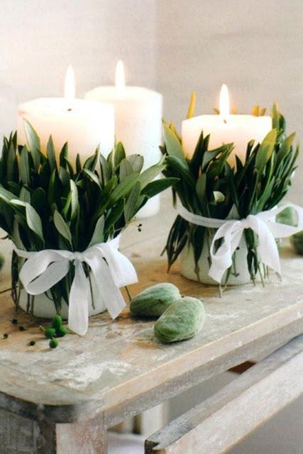 centro de mesa de navidad elaborado con velas y ramas de olivo