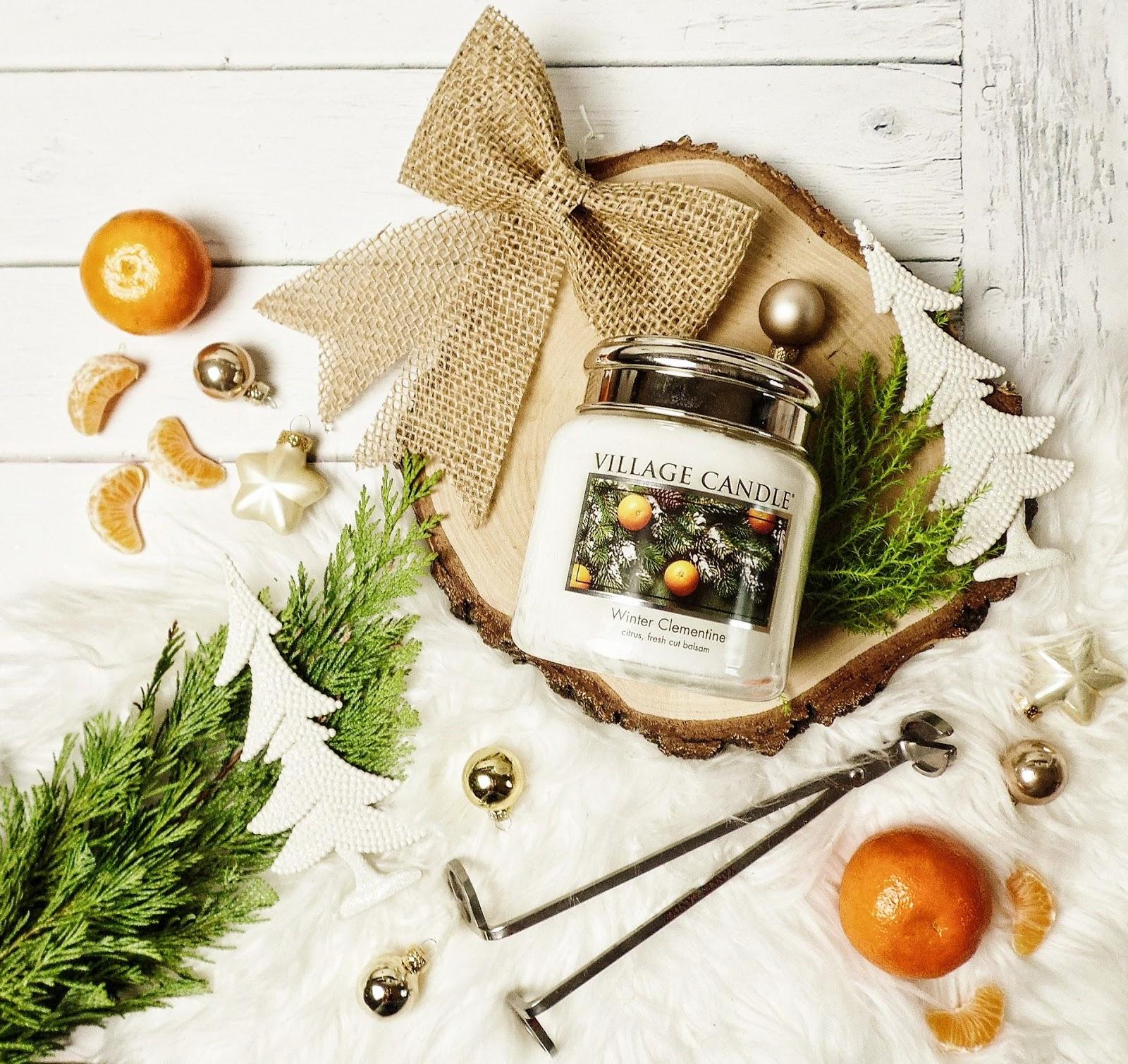 Dwa świąteczne symbole w jednym słoiku - Winter Clementine Village Candle.
