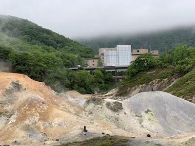 地獄谷から見た第一滝本館
