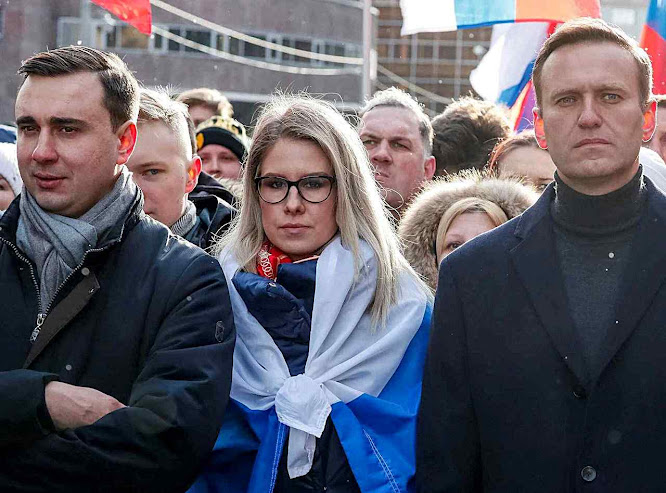 Opositores Aleksei A. Navalny, Lyubov Sobol e Ivan Zhdanov em passeata, Moscou