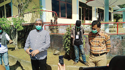 Bupati Maluku Tenggara M. Thaher Hanubun saat meninjau lokasi karantina