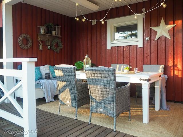 terassi katettu sisustus terassikalusteet polyrottinki boheemi skandinaavinen kesä ruokailutila ruokapöytä ruokailuryhmä valkoinen puu pöytä maalattu