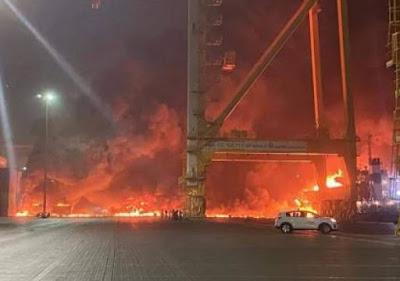 انفجارات عنيفة هزت جبل ميناء جبل علي في دبي .. فيديو