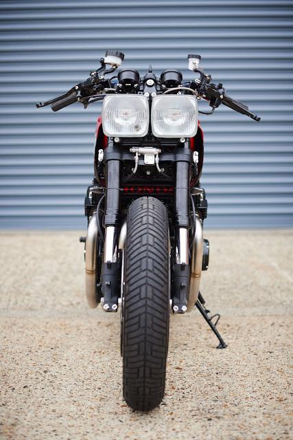 303896b8a6a A moto começa musculosa e termina mais esguia. Um recurso que me agrada  bastante. A moto conta com uma suspensão dianteira de CBR 600