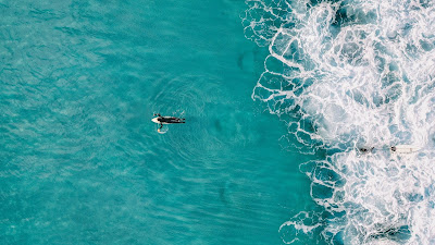 Surfista de la playa azul en Pixabay por kirildobrev
