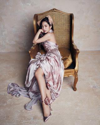 Park Min Young  photoshoot keren dan manis duduk di kursi manis