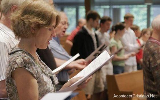 Cristianos cantando himnos en iglesia
