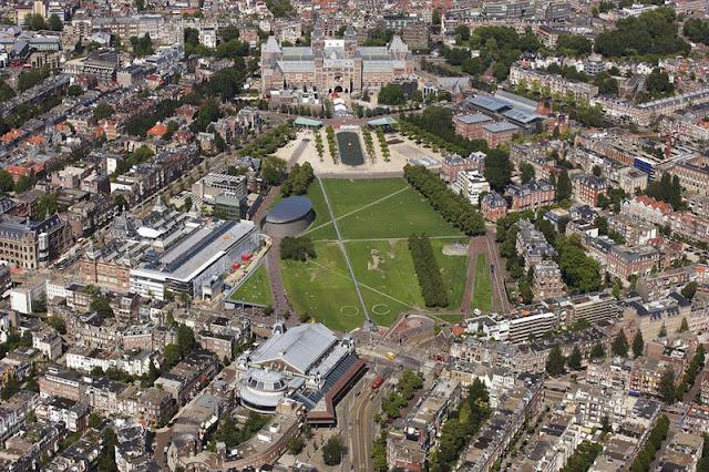 Museumplein em Amsterdã em julho