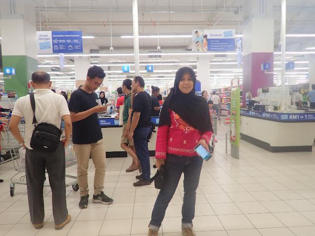 belanja oleh-oleh di tesco paradigm mall malaysia