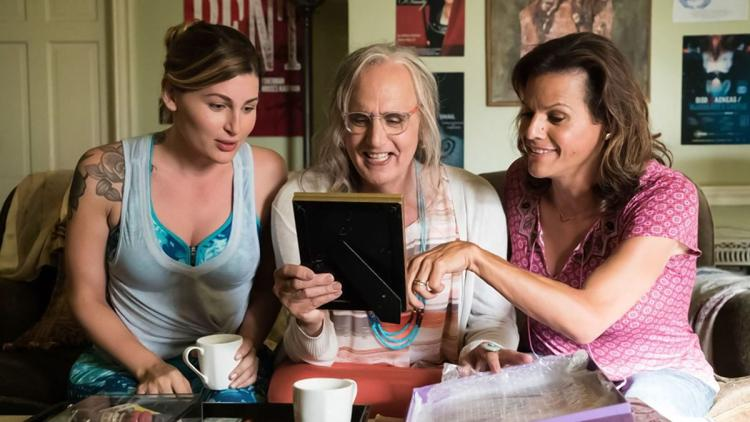 Maura con sus amigas, también mujeres trans, en 'Transparent'