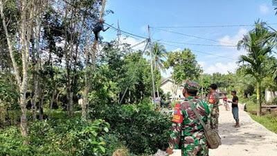 Sebelum Pamit Pulang, Satgas TMMD Ke-111 Kodim 1207/Pontianak Ajak Warga Pangkas Pohon yang Ganggu Penerangan Jalan