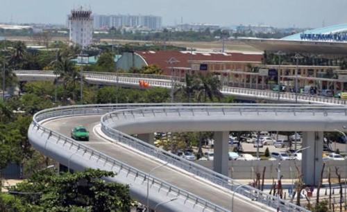 Dù Thanh tra Chính phủ đã khẳng định việc Tổng Công ty Cảng hàng không Việt Nam (ACV) thu phí ô tô ra vào sân bay là không đúng quy định, nhưng đơn vị này vẫn thu tiền các xe ô tô ra vào sân bay Nội Bài, mặc cho các lái xe bức xúc.