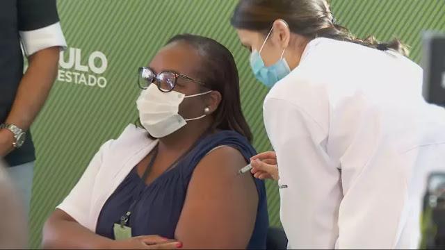 Primeira pessoa é vacinada contra Covid-19 no Brasil