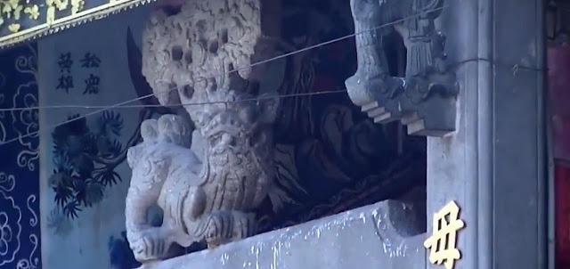 Dưới trần nhà hai bên có 2 tượng kỳ lân bằng đá