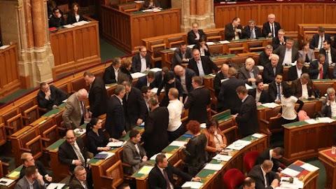 Mindenkit elrettentenek a kirívó parlamenti akcióktól: elmondta a szakértő, mi a célja az országgyűlés frissen elfogadott törvénymódosítási javaslatának