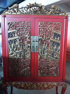 Mueble oriental en color rojo en el desembalaje de Tortosa, Tortosantic