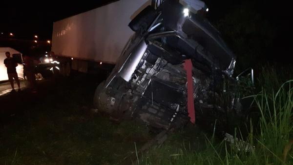 Choque entre duas carretas e uma van deixa duas pessoas em estado grave em Pouso Alegre (MG)