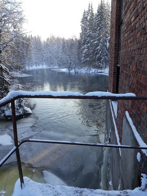 Luminen maisema ja voimalaitoksen tiiliseinää.