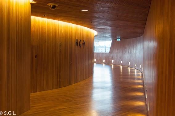 Interior en madera de la opera de Oslo