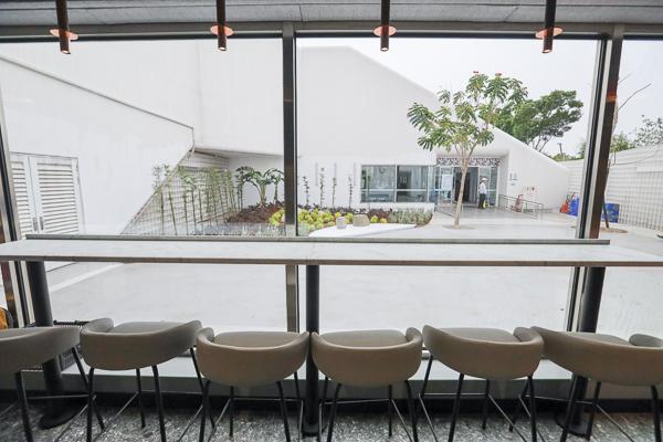 全家中央公園店結合遊客中心空間,白色格子建築裡喝咖啡好特別