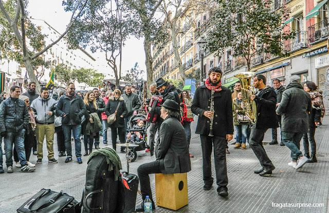 Músicos de rua na Feira do Rastro, em Madri