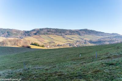 Chrośnickie Kopy i dolina, w której położona jest wioska Płoszczyna, widziane spod północnego podnoża Stromca